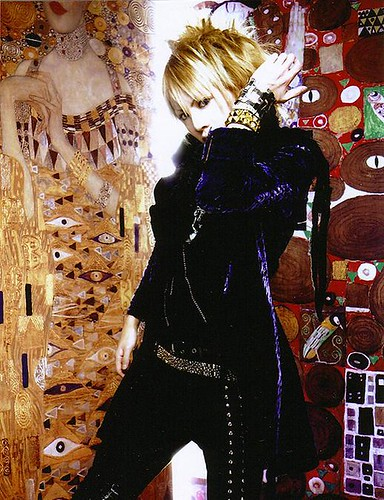 klimt wallpaper. Shou with Klimt-background