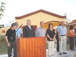 Int. Enrique Baum -de traje- acompañado por el Gob. Ctdor. Juan Schiaretti -de camisa a rayas- en la inauguración de las viviendas