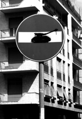 Divieto (giallinovagabondo) Tags: street city bw italy nikon milano segnaletica oggetti palazzi divieto viamoscova