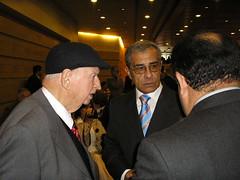 El escritor Volodia Teitelboim, el Profesor Juan Estanislao Pérez y el Decano de la Facultad de Ciencias de la Educación de la Universidad de Playa Ancha, Dr. René Flores Castillo. Martes 18 de abril de 2006.