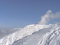 噴煙越しの旭岳