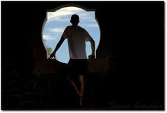 (.Tatiana.) Tags: blue friends sky man window azul stones spyshot sãopaulo céu sampa janela homem pedras costas johanes fotoclube poraí avision duetos johanesduarte siteparavendadefotos httpwwwplanobfotodesigncom fototatianasapateiro