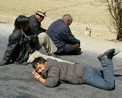 チベットでは地面に寝るのがブーム