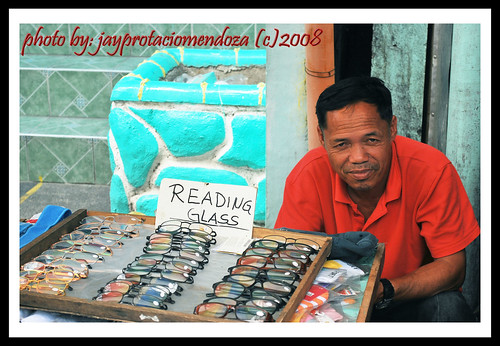 Philippinen  菲律宾  菲律賓  필리핀(공화국) Pinoy Filipino Pilipino Buhay  people pictures photos life Olongapo, Zambales, Philippines pinoy, rural, man, sidewalk, street, vendor, glasses reading