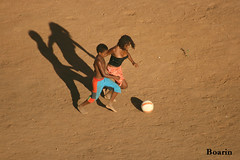A disputa pela bola... (Boarin) Tags: pessoas campo bola crianças menina menino futebol