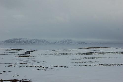 遠くの湖も凍っている