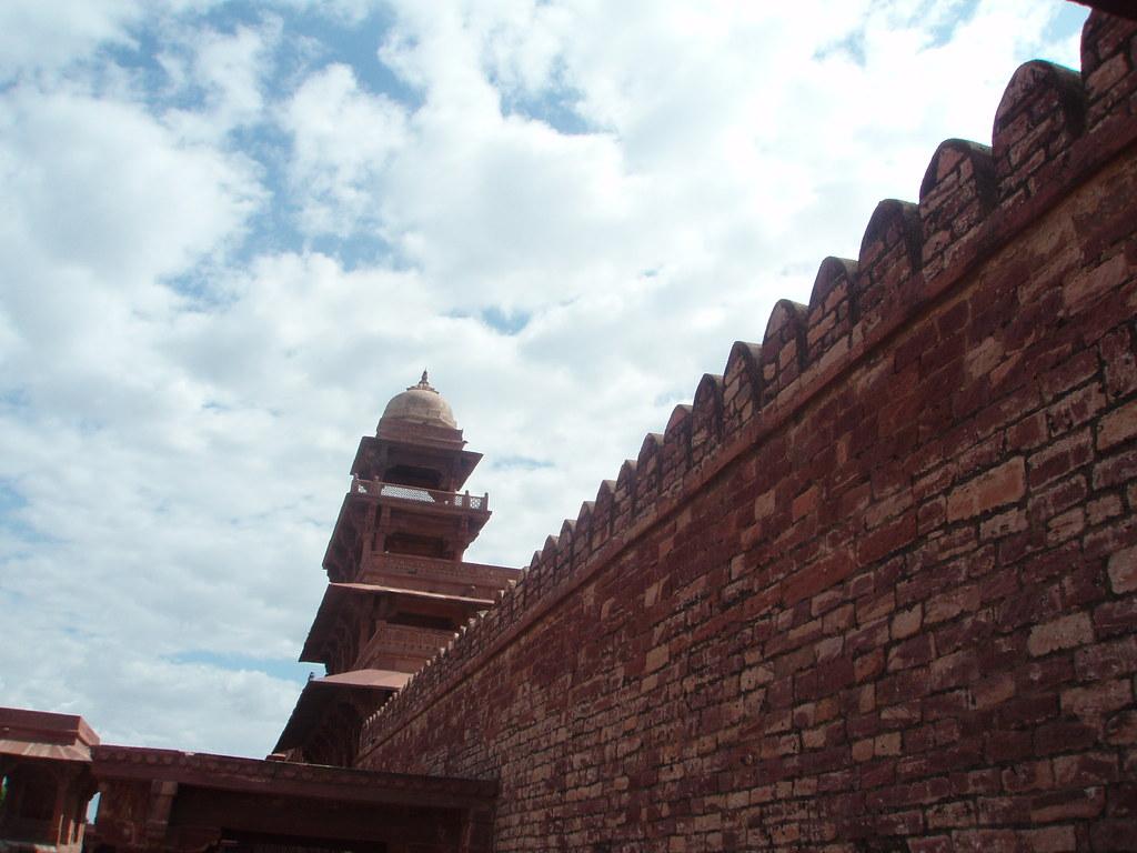 El Panch Mahal de Fatehpur Sikri tras la muralla