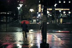 Rainy night in Bellevue (sparth) Tags: seattle red man rain silhouette night umbrella canon walking washington nightshot pavement may 85mm rainy pacificnorthwest curb pnw 85 bellevue trottoir redumbrella rainynight 2011 85mm12l 5dmkii