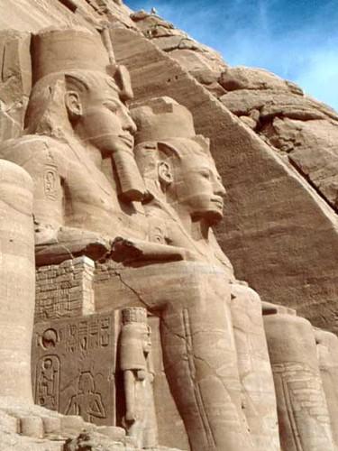 Estatuas sedentes Ramsés, Luxor, Egipto.