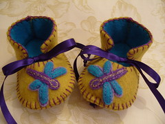 gold and purple handmade baby booties with wonderful dragonfly motifs (Funky Shapes) Tags: uk flowers baby love colors animals kids gold shoes purple autum handmade insects felt zapatos yarn gift booties bebes babygift handstich funkyshapes babyclothing drangonfly babyslippers etsybaby