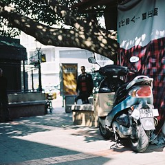 「 Film 」Always love the sunshine spots. (Skyeluke) Tags: 光斑 陽光 機車 底片 銀鹽 菲林 膠片 澳門 佳能 motorcycle portra160 film kodak trees sunshine streetphotography f18 50mm canon macau