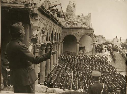 Franco se dirige a sus tropas en el Alcázar de Toledo tras el Asedio de 1936