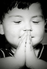 little boy praying.. (Fernanda Fronza) Tags: boy bw praying pb menino vitor japinha peopleschoice rezando feza cmeradeourobrasil