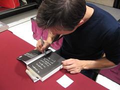 馬格斯‧朱薩克忙著簽名