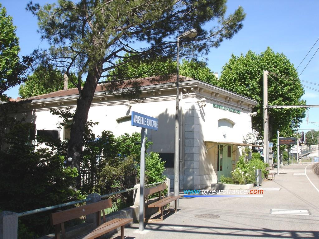 Vue du quai de la gare en direction de Marseille Saint-Charles