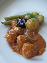 1314 (miikkahoo) Tags: gravy potato vegetarian onion lingonberry meatball kasvi kttbullar peruna meatless kastike sipuli lihapulla puolukkahillo lihaton