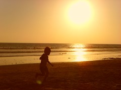 Jugando al atardecer (Meryabad) Tags: espaa sun sol beach spain child play playa nia jugar cdiz
