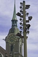 Der Scheinwerfermast wett-eifert mit der Heiliggeistkirche