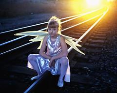 [フリー画像] [人物写真] [子供ポートレイト] [外国の子供] [少女/女の子] [妖精/フェアリー] [夕日/夕焼け/夕暮れ] [線路/鉄道]    [フリー素材]