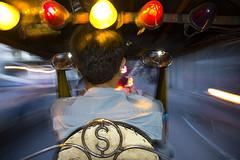Tuk tuk in Bangkok (elosoenpersona) Tags: street speed thailand calle bravo long exposure driving traffic bangkok flash tailandia dirty pollution trfico tuktuk driver tuk conductor trafico contaminacin atodahostia elosoenpersona bamglaphu