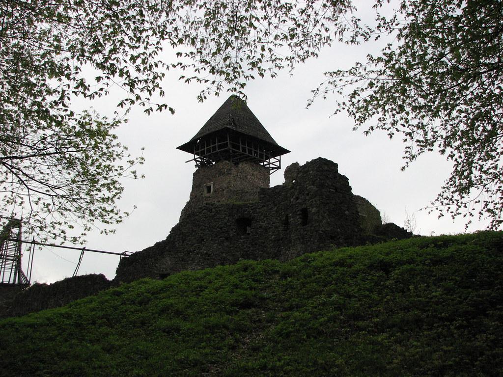 Романтичні руїни невицького замку