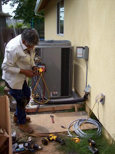 José installing the condensor