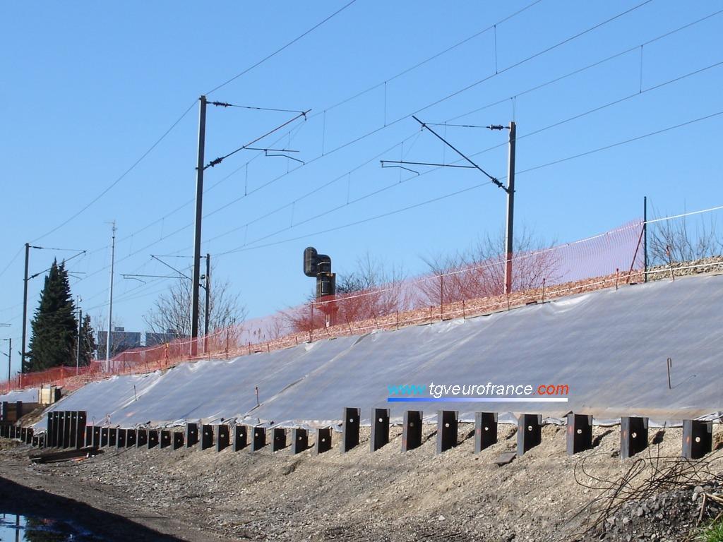 Des poutrelles métalliques IPN ont été enfoncées dans l'accotement de la double voie existante.