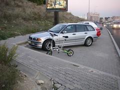 Espaço para os peões circularem vs. espaço para os carros circularem + espaço para os carros estacionarem...