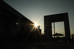 Fim de tarde em La Dfense (SSO_Imagens) Tags: sunset paris sol arquitetura architecture contraluz frana prdosol monumentos ladfense grandarchedeladfense flickrtravelaward