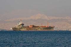 Chatarra flotante (Dani3D) Tags: sea docks dock barco ship redsea jordan aqaba jordania muelles marrojo viajesiriayjordania2007