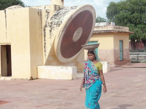 Mujer hindú en el Jantar Mantar de Jaipur