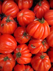 Tomates coeur de boeuf (lil'pic) Tags: red food paris france tomato rouge market colores tomates 75 75018 march tomate lgume ruelepic beefsteaktomato top20foodmmmm mostviewedpicture coeurdeboeuf mywinners
