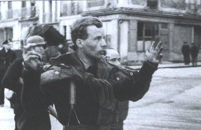 El capitán Michael Burns es escoltado por un soldado alemán