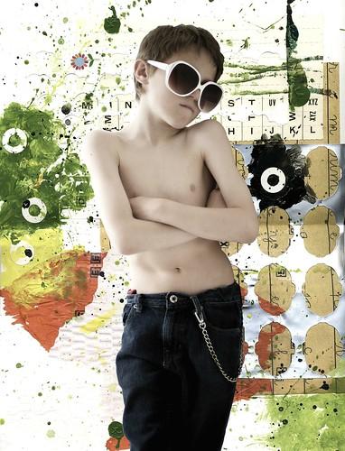 フリー画像| 人物写真| 子供ポートレイト| 外国の子供| 少年/男の子| サングラス| 腕組み|     フリー素材|