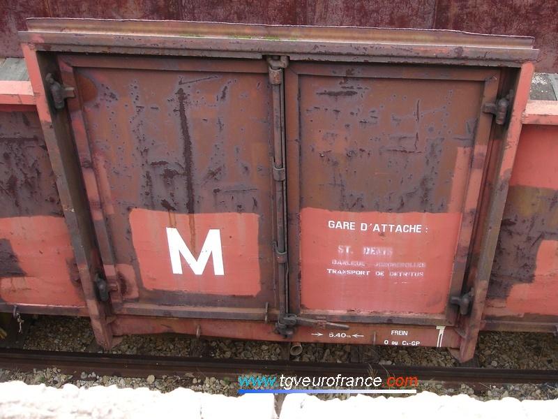Ce tombereau à fond plat a pour gare d'attache Saint-Denis (dépôt de Joncherolles, région SNCF Paris-Nord).
