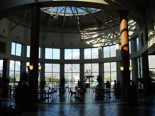 Provo Towen Centre 內的用餐區,可以看到整個山景,view超好