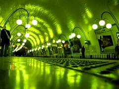 Sous la Seine c'est vert (esyckr) Tags: light green train floor metro reflect