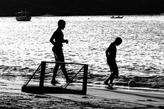 Playing at the sea (Brivilati) Tags: brasil rj jorge bzios brivilati