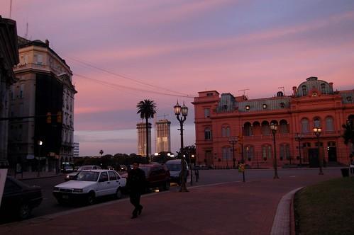 La casa rosada y el cielo también