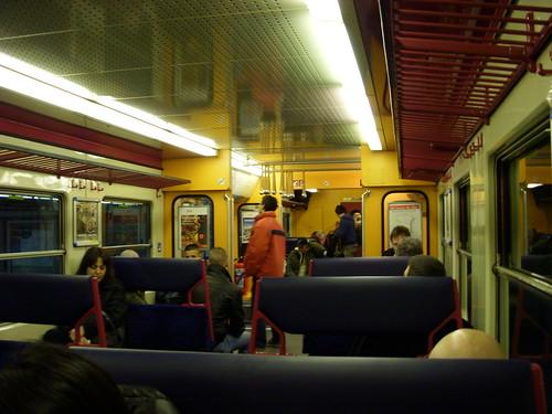 空港から市街への電車内