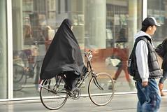 Op het trottoir / On the sidewalk (FaceMePLS) Tags: hijab nederland thenetherlands streetphotography denhaag spui trottoir fiets moslima fietser burka thestreet tweewieler khimar nikond200 straatfotografie hoofddoekje facemepls destraat miscancellaneous
