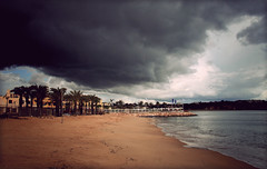 sshshshshss (jmnuel) Tags: portugal eos agua negro pascua playa algarve marron paraguas nube portimao 400d
