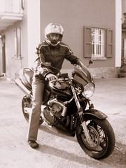 Mase su Hornet (*Tom [luckytom] ) Tags: house man black guy bike tom honda casa interestingness helmet motorbike moto mostinteresting hornet casco piedi nera motobike ctm mase motocicletta maselli posizione rivanazzano favcol luckytom