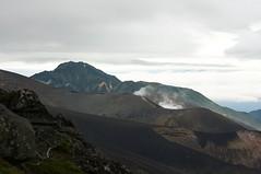 グラウンド火口越しの富良野岳