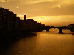 Bursztynowa rzeka (magro_kr) Tags: bridge sunset italy water night river amber florence italia cloudy most tuscany firenze arno toscana zachód zachod rzeka włochy wlochy toskania florencja bursztynowy