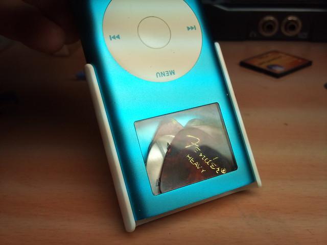 ipod mini turned into guitar pick case 009