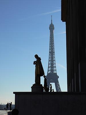 statue et tour eiffel.jpg