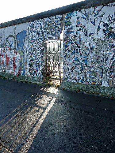 Wall(s) of Berlin: The narrow door