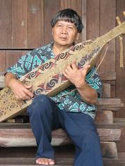 IMG_5769 (Mathieu Castel) Tags: village player sarawak malaysia borneo longhouse kuching ulu orang cultural sape
