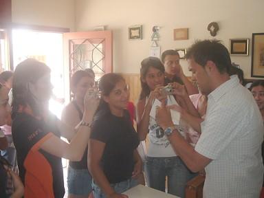 Alejandro Ceberio firma autografos y posa para las fotos ante sus fans